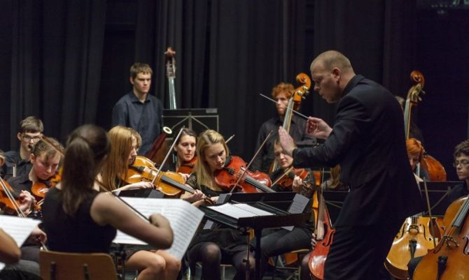 Simfonični orkester Glasbene šole Velenje na prazničnem koncertu v Šoštanju, 10. 12. 2014 (foto: Klemen Belavić)