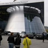 Nov dan, novi izzivi. Pred muzejem Mercedez Benz.