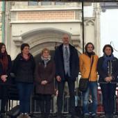 Z razlogom nasmejana zborovodkinja Manja Gošnik Vovk s kolegi dirigenti iz Poljske, Latvije, Estonije, Češke, Slovaške in Slovenije na svečani razglasitvi rezultatov.