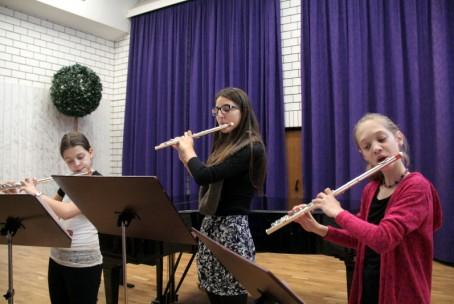 Božični nastop flavtistov (razred Ane Zajc Smolčnik in Špele Zamrnik)