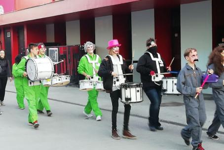 Tolkalni ansambel Glasbene šole Velenje Rhythm Factory na pustni povorki MO Velenje