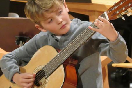 Koncert aktiva za kitaro, harfo in citre Glasbene šole Velenje