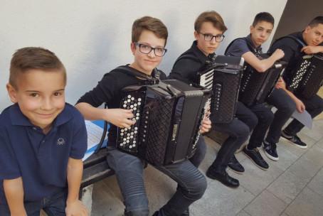 Sobotno glasbeno popoldne na Velenjskem gradu s harmoniko in petjem