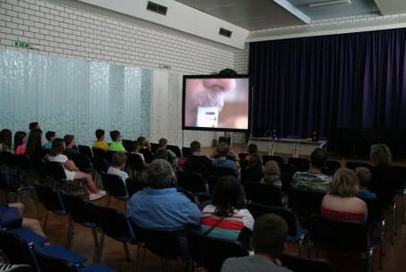 Učenci oddelka za harmoniko na ogledu filma o izdelavi harmonik