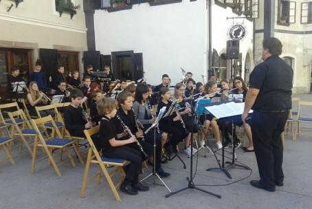 Mlajši pihalni orkester Glasbene šole Velenje v Škofji Loki