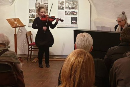 V pomlad z glasbo, koncert godalcev Glasbene šole Velenje v okviru cikla Sobotno glasbeno popoldne na Velenjskem gradu (foto: Muzej Velenje)