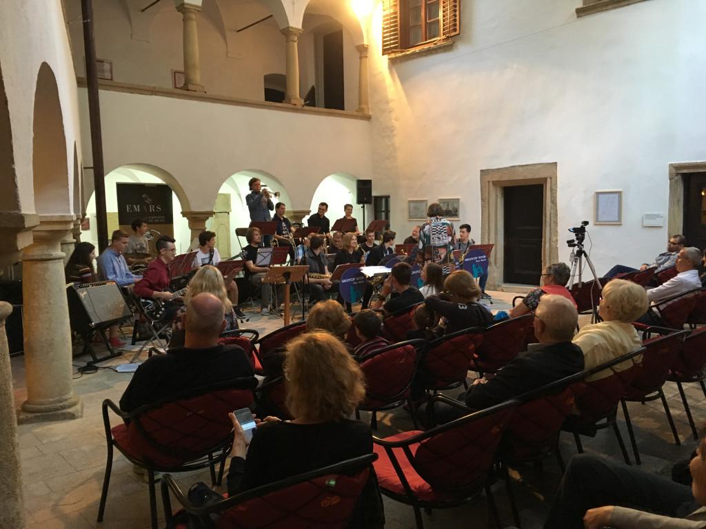 Danes zvečer je na Velenjskem gradu muziciral naš Big band