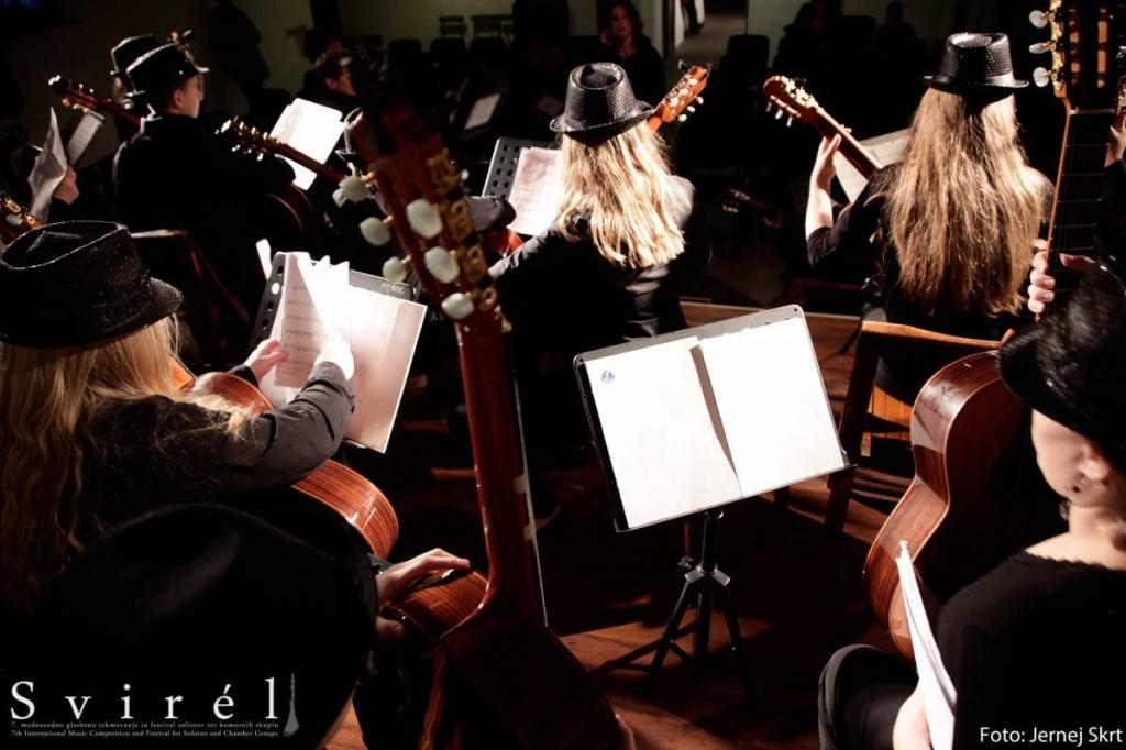 Kitarski orkester Glasbene šole Velenje na koncertu v Goriških Brdih